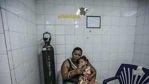 Marbelis Reino y su hija, con asma, en el Hospital público venezolano Catia La Mar