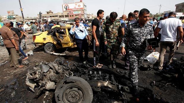 Escenario de uno de los atentados de ayer en un barrio chií de Bagdad