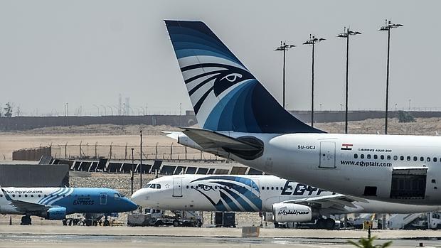 Aviones de EgyptAir en a pista del aeropuerto internacional de El Cairo