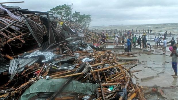 Al menos 21 muertos y 500.000 evacuados en Bangladesh al paso del ciclón Roanu