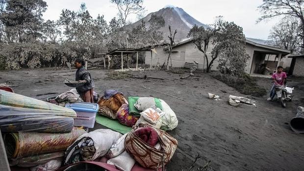 Siete muertos y dos heridos graves por la erupción de un volcán en Sumatra