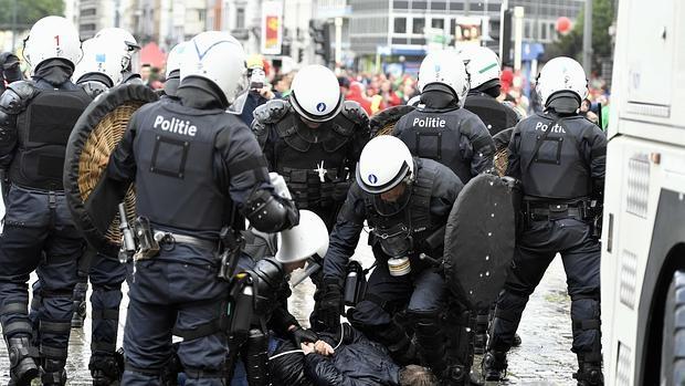Una manifestación contra la política laboral del Gobierno belga acaba con diez heridos
