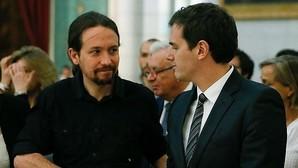 Pablo Iglesias y Albert Rivera se saludan durante una misa por las víctimas del terremoto de Ecuador en Madrid