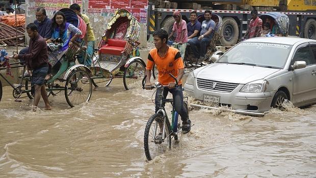 Las inundaciones se producen en la calles de Daca, en el interior de Bangladesh. Un país que está viviendo las elecciones más violentas de su historia