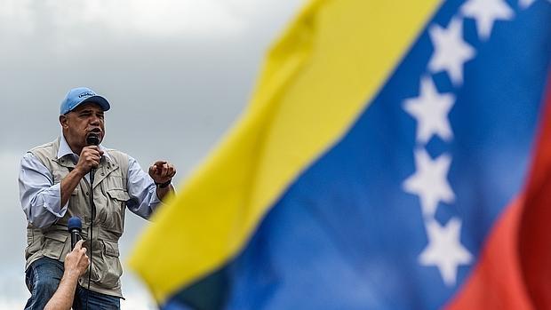 El presidente de Mesa de Unidad Democrática, Jesús «Chúo» Torrealba, da un discurso durante una manifestación contra el gobierno de Maduro