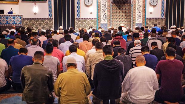 Musulmanes holandeses rezan en el comienzo del Ramadán en una mezquita de Rotterdam