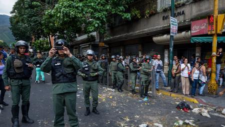 La Guardia Nacional Bolivariana vigilas una calle de Caracas durante la protesta del pasado jueves
