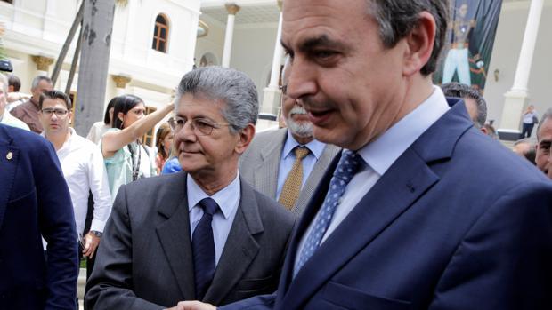 Henry Ramos Allup, presidente de la Asamblea Nacional, saluda al expresidente Zapatero en una vivista anterior a Caracas, el pasado mes de mayo