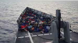 """Fotografía facilitada por la Armada española del rescate de inmigrantes en las costas de Sicilia efectuado por la fragata española """"Reina Sofía"""""""