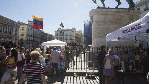 La carpa de Venezuela al lado de la de Podemos