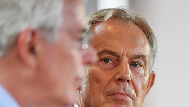 Los ex mandatarios británicos John Major y Tony Blair