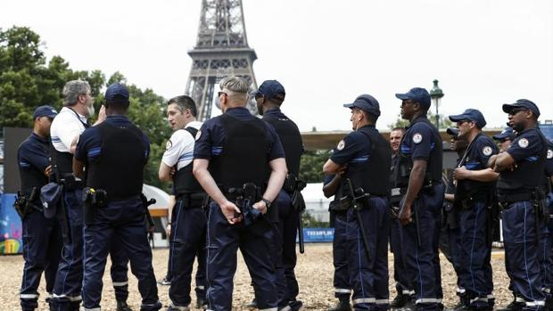 Uno de los dispositivos de seguridad junto a la torre Eiffel en París