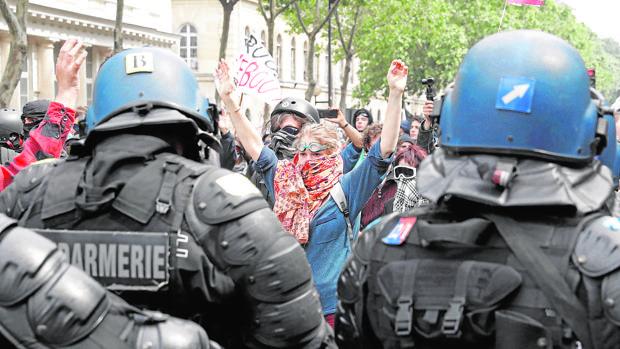 El terrorismo, las huelgas y la crisis política sumen a Francia en el caos