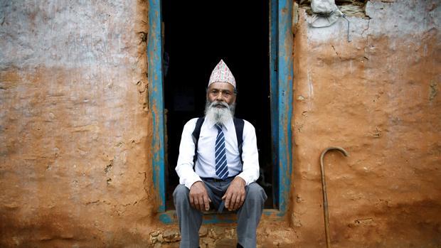 El alumno nepalí de 68 años que demuestra que nunca es demasiado tarde para aprender