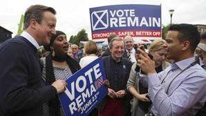 Cameron pide a los votantes que «no se tiren de un avión»