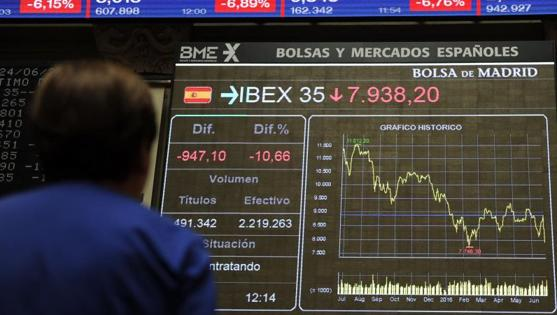 Una mujer observa en las pantallas el desplome del Ibex este viernes por el Brexit