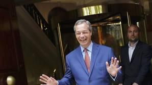 Farage, exultante, saluda hoy a la prensa en Londres