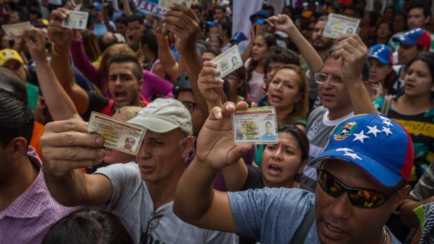 La oposición supera el mínimo de firmas válidas para revocar a Maduro