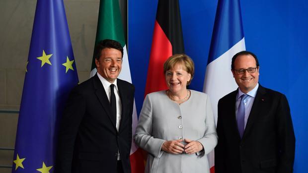 Renzi (izquierda), Merkel (centro) y Hollande (derecha) posan tras su reunión de este lunes en Berlín