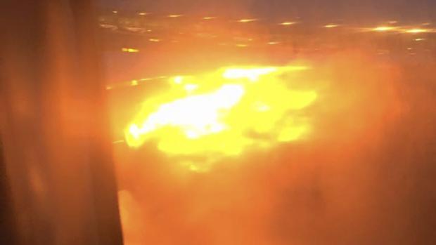 Fotografía tomada desde el móvil de uno de los pasajeros que muestra el incendio en el ala del avión