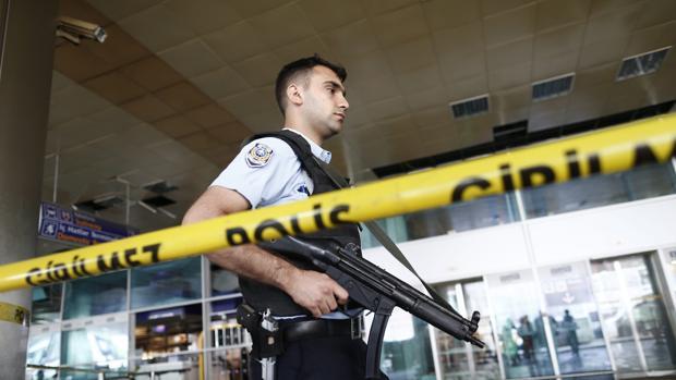 La policía turca vigila el aeropuerto de Atatürk