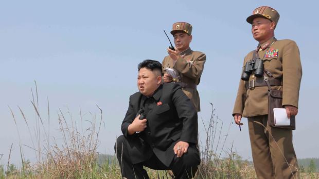 Kim Jong Un en una foto compartida por el Gobierno de Corea del Norte observa la prueba de un misil