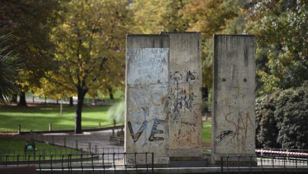 Restos del Muro de Berlín originales en el parque de Berlín de Madrid