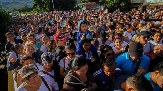 Avalancha de venezolanos en busca de comida y medicinas en Colombia