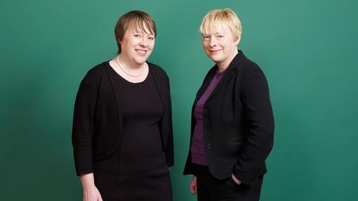 Las gemelas Eagle, María (izquierda) y Angela (derecha) posan en una sesión de fotos