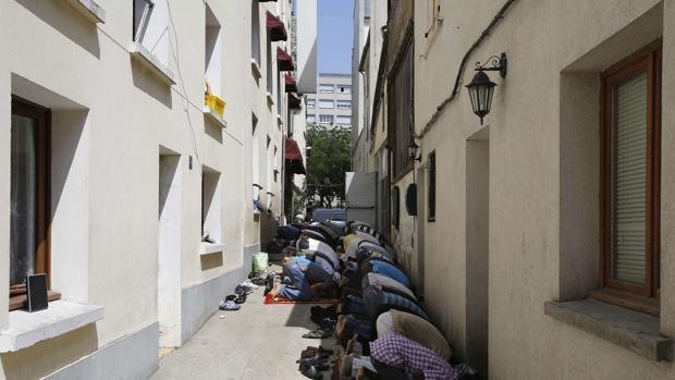 Un grupo de musulmanes reza durante el mes del Ramadán en una mezquita en un suburbio parisino