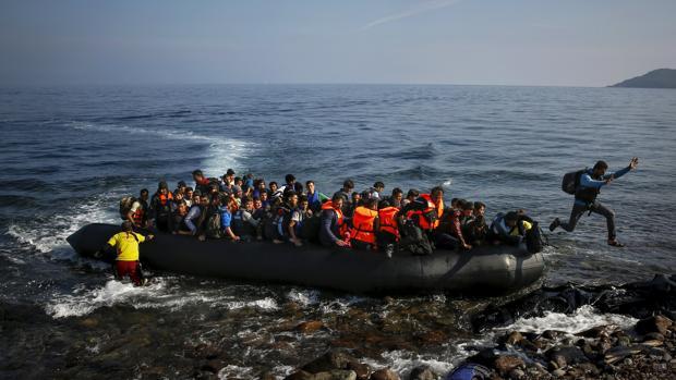 Una barcaza cargada de inmigrantes llegaba a la isla griega de Lesbos en 2015