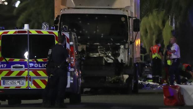 Atentado Niza: Al menos 80 muertos y 16 heridos en estado crítico al arrollar un camión a la multitud en Niza
