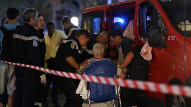 Directo: El alcalde de Niza informa de que el conductor disparaba mientras dirigía el camión hacia la multitud