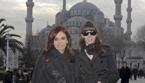 Cristina Fernandez de Kirchner (i), y su hija Florencia posan junto a la mezquita Sultanahmet en Estambul, durante una visita oficial