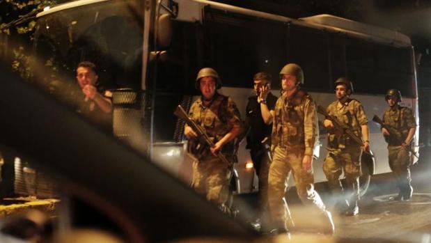 Golpe de Estado en Turquía: Los militares aseguran tener de rehén al Jefe del Estado Mayor turco
