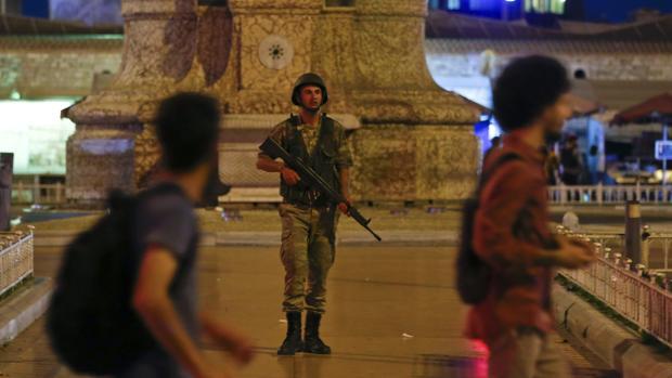 Los militares toman las calles de Estambul
