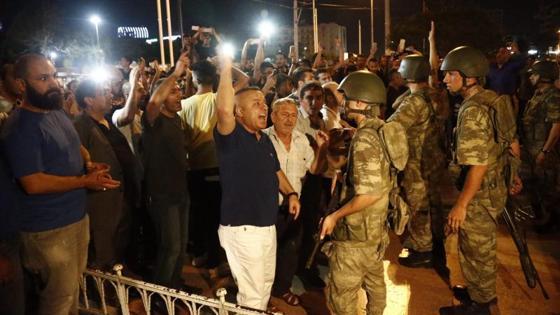 Manifestantes en la plaza Taksim de Estambul se encaran con militares