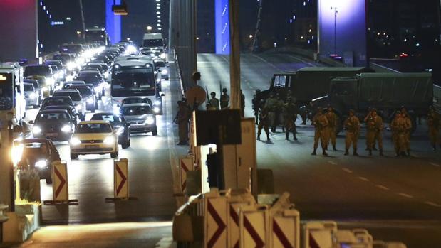 Los militares, en uno de los puentes del Bósforo