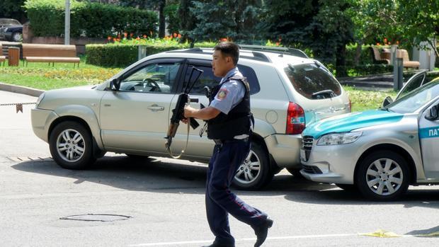 Tres policías y un civil muertos tras un tiroteo en la capital de Kazajistán