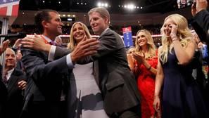 Los Trump celebran el voto favorable de Nueva York durante la Convención (de izquierda a derecha): Donald Trump Jr., Ivanka Trump, Eric Trump, la esposa de Eric Lara Yunaska y Tiffany Trump