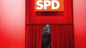 Un hombre abandona un acto del Partido Socialdemócrata alemán