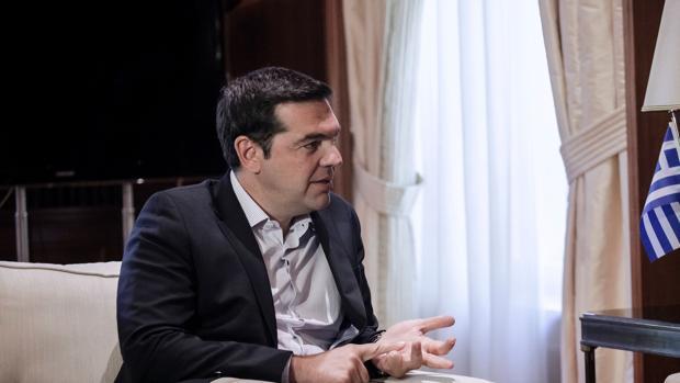El primer ministro griego, Alexis Tsipras, en una reunión con el comisario europeo de Economía y Finanzas este lunes