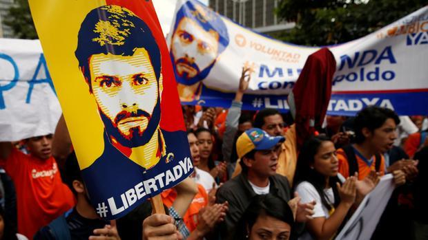Manifestantes ayer a las afueras del Tribunal Supremo en favor de Leopoldo López