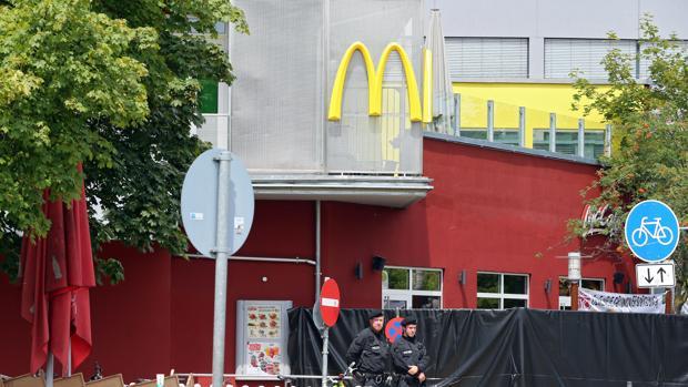 Los investigadores creen que el asesino de Múnich citó por Facebook a varios jóvenes en el McDonald's