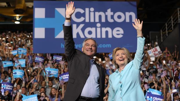 Kaine (izquierda) y Clinton (derecha) durante su primer mitin juntos anoche en Miami