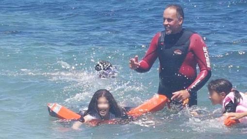 Miembros de ProemAid enseñan a niños refugiados a nadar en la isla griega de Lesbos- TWITTER