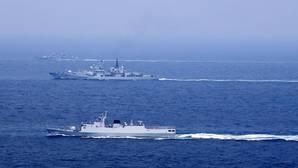 Barcos chinos navegan por el mar de China Meridional
