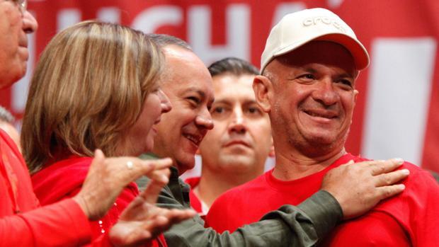 Carvajal, saludado por el dirigente chavista Diosdado Cabello