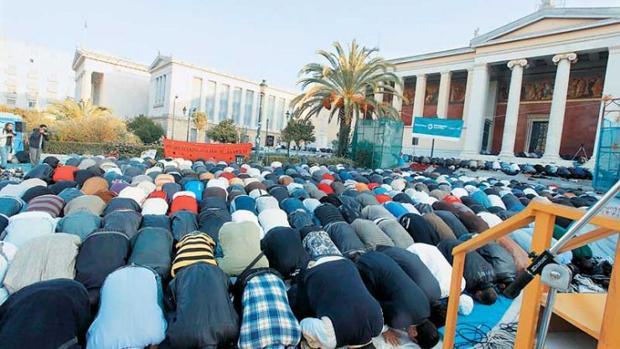 musulmanes festejando la festividad musulmana Kurban Bayrami (Fiesta del Sacrificio) ante el Decanato de la Universidad en el centro de Atenas