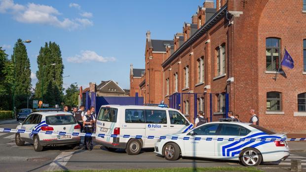 Varios coches de policía permanecen dentro de la zona acordonado tras el ataque en la comisaría de Charleroi